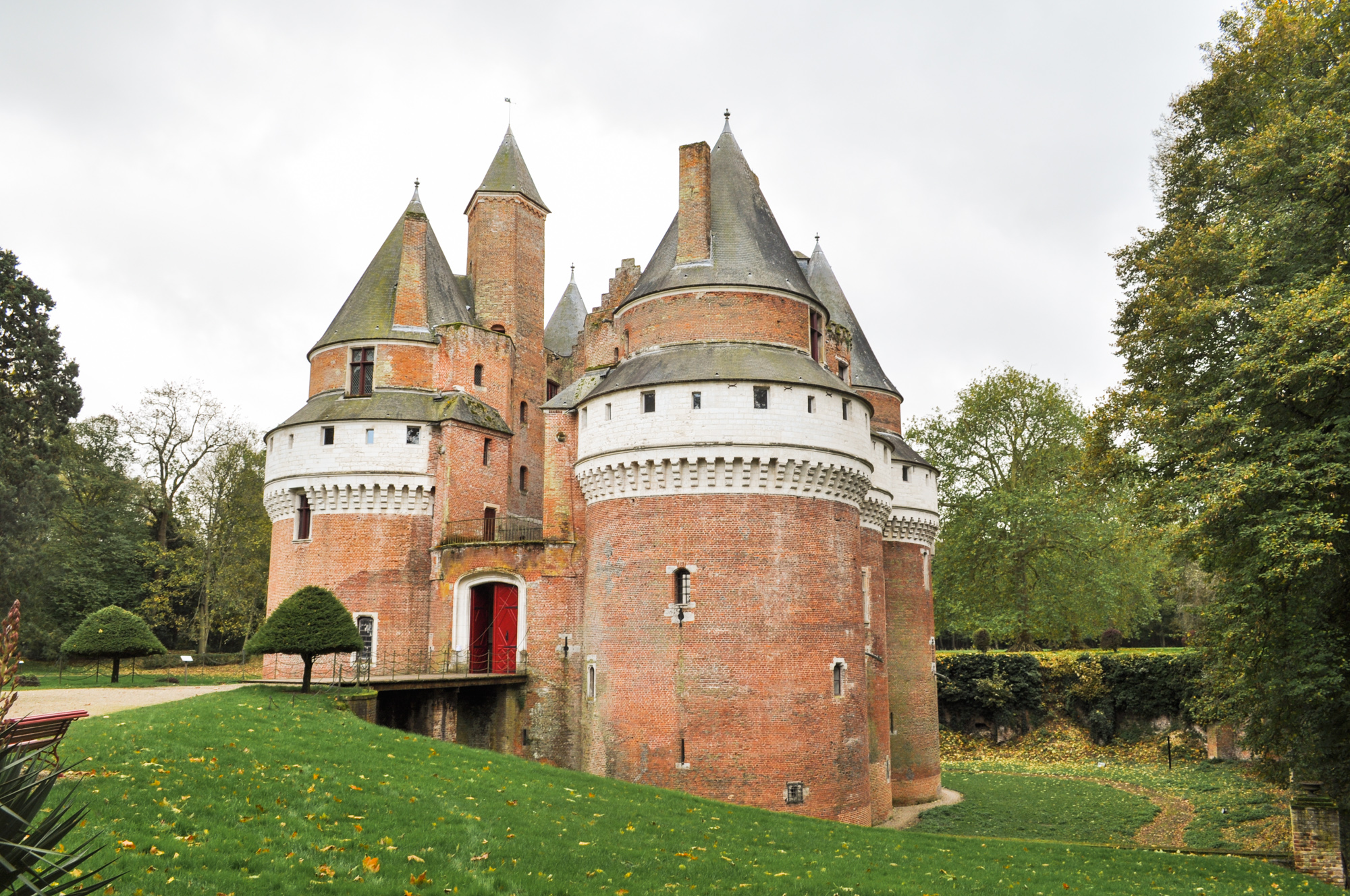 Rambures castle (at 40 min.)